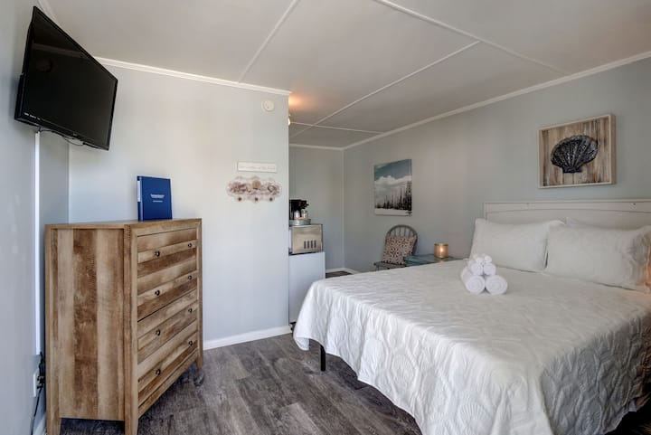 Single Queen Room at Loggerhead Inn by Carolina Retreats