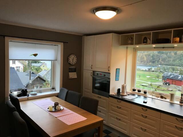 Kjøkken med spisebord