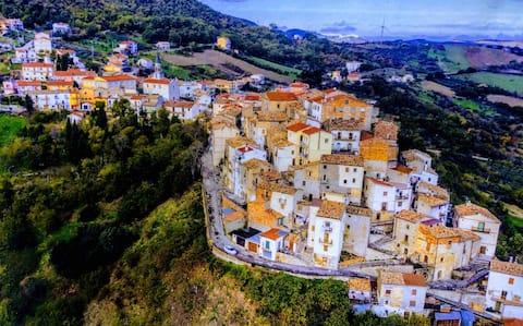 Panoramski pogled na okean manastira Dogliola Hilltop