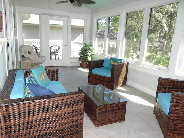 Beautiful sunroom with golf view, short bike2beach