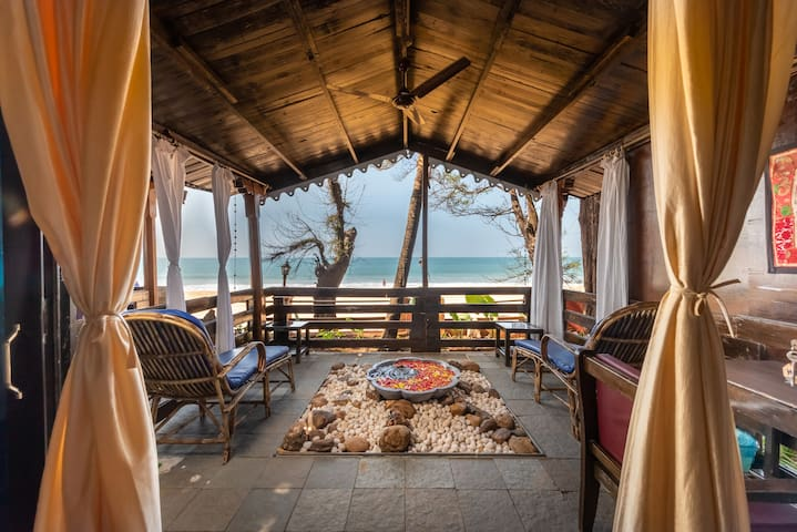 2LUXURY FRONT SEA VIEW HUT WITH AC ON AGONDA BEACH
