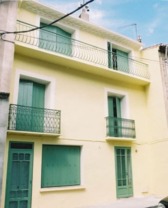 South facing 3 story townhouse in the heart of the old town. Direct access to a very quiet area.