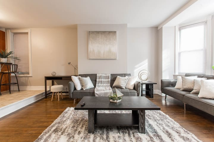 Lovely Lakeview Loft! - Safe + Walk to Train