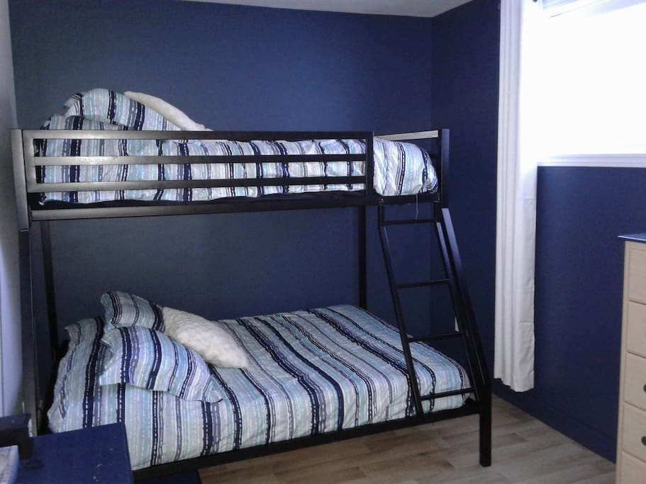 Chambre lits superposés double et simple Bedroom with single over full bunkbeds