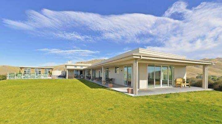Amazing Mountaintop Luxury Villa in Blenheim, NZ