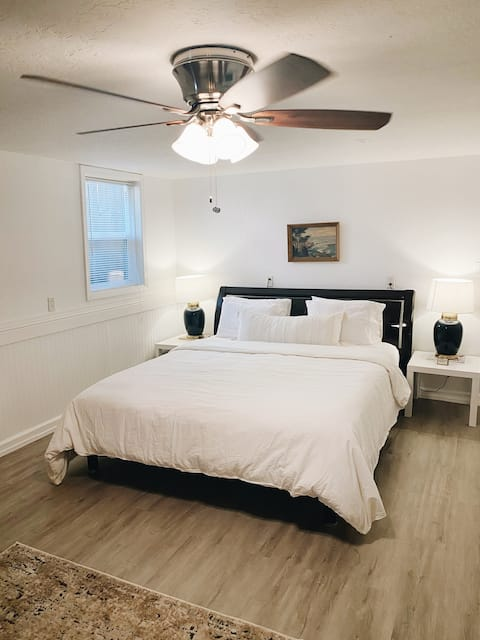 Clean & Modern Studio w/ King Bed & Pull-Out Couch