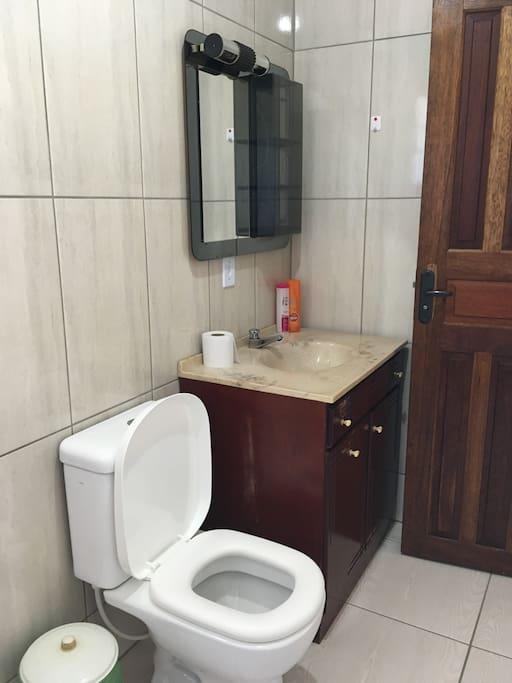 Banheiro externo com dois chuveiros
