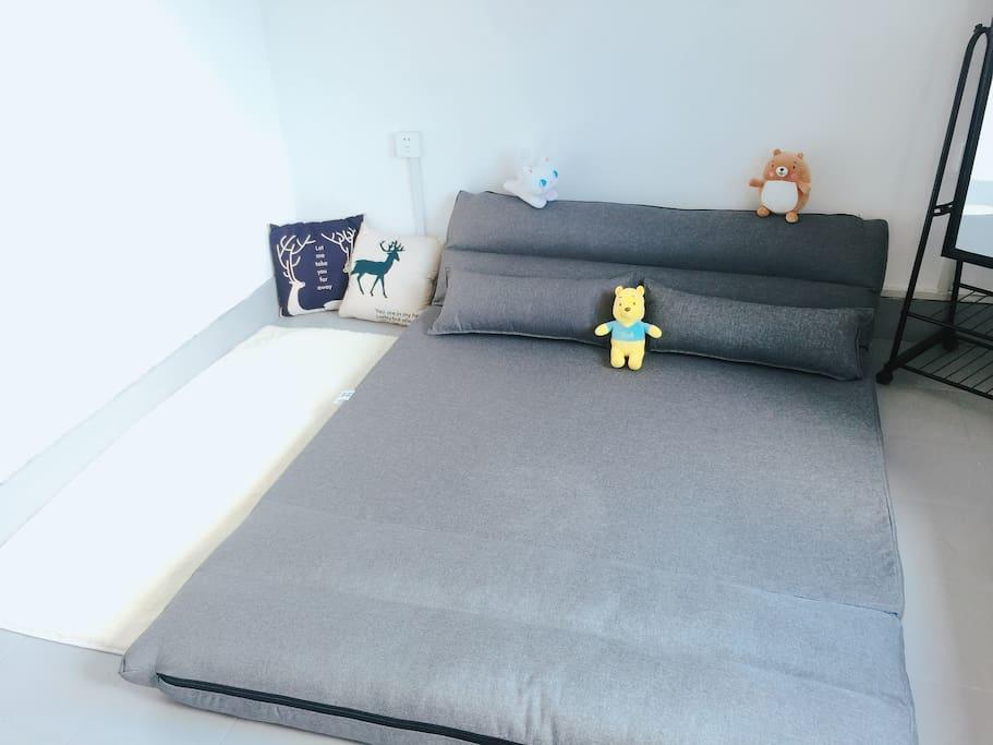超软的1.5米沙发床,提供干净的床品