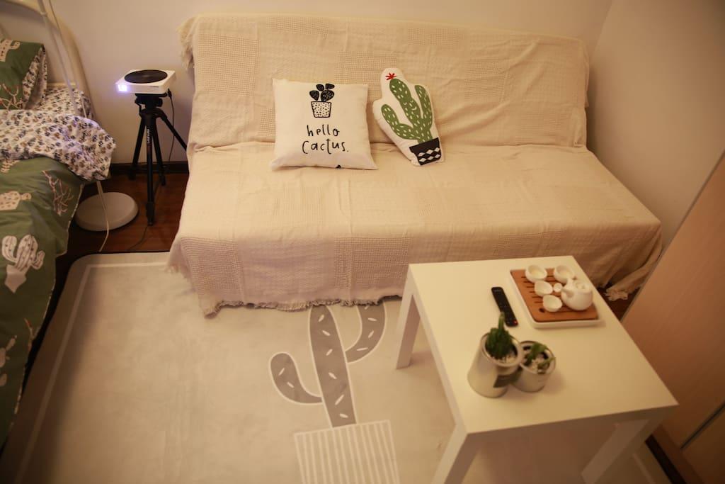 沙发区域,【地毯】超级软 可以躺在地毯上品茶 看投影 You can enjoy tea and films  on the soft cactus carpet.