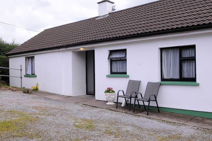 The happy white Bungalow in peaceful Knockavota - killarney - Hus