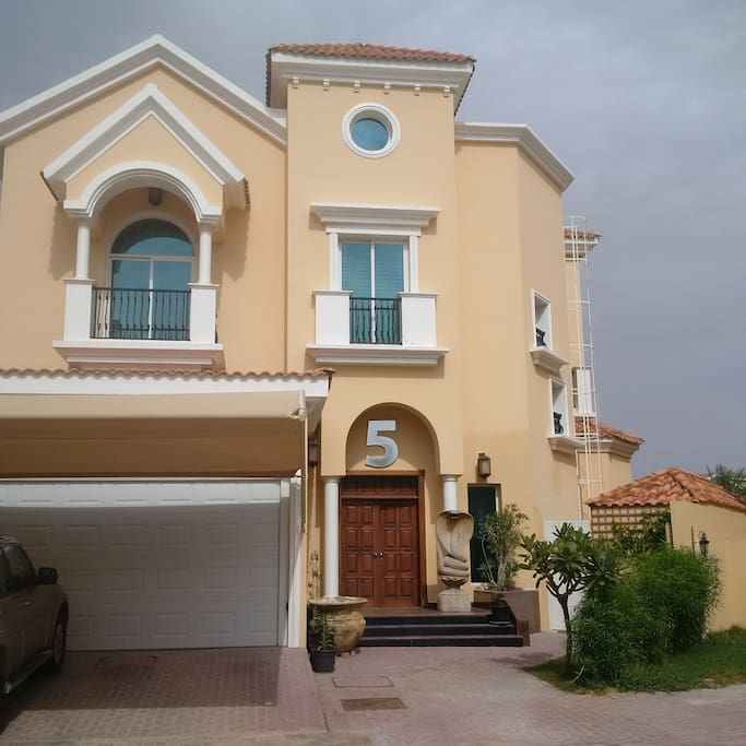 Spanish style independent villa with private parking