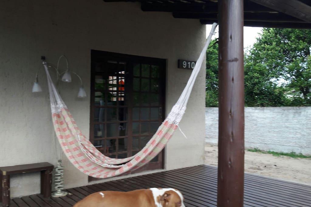 deck com redes na frente da casa...