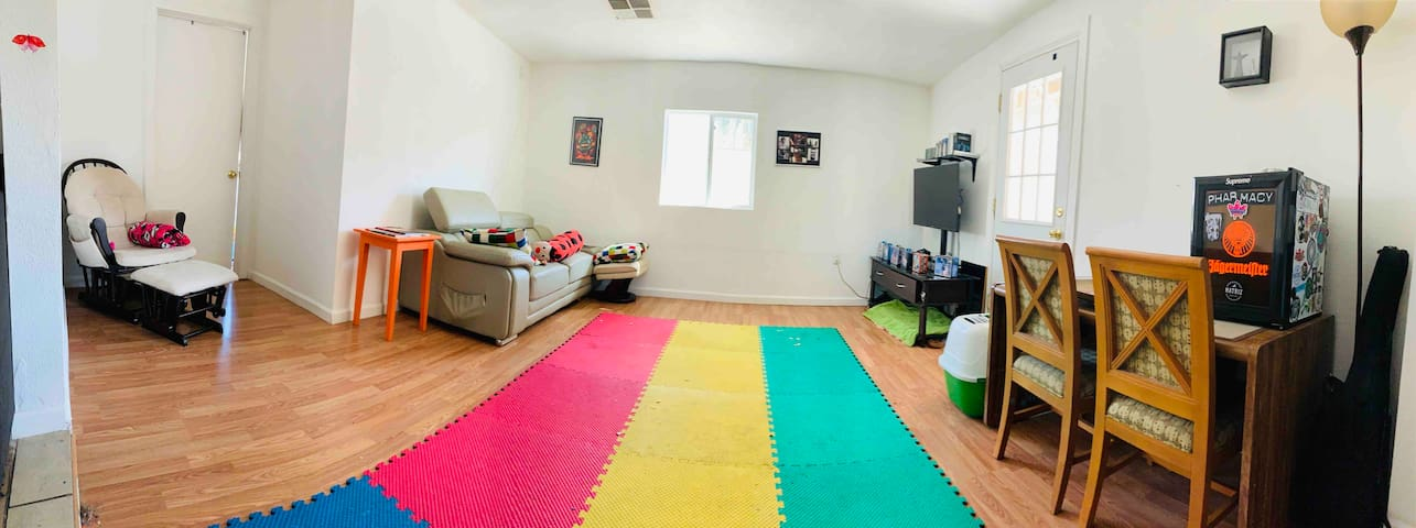 ★ Home in DT|420 Friendly| 3 PPL - free parking