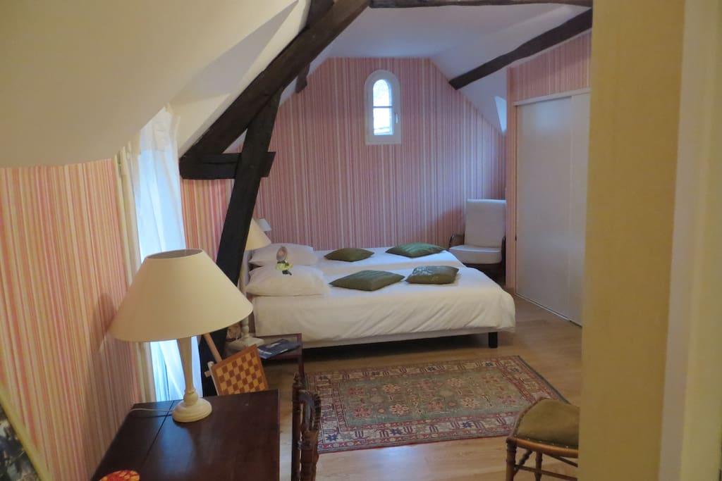 chambre dans le coeur historique de bourges appartements louer bourges centre france. Black Bedroom Furniture Sets. Home Design Ideas