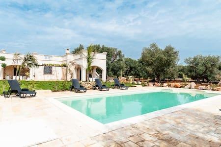Villa Carruba: Charming Villa with Pool - オストゥーニ