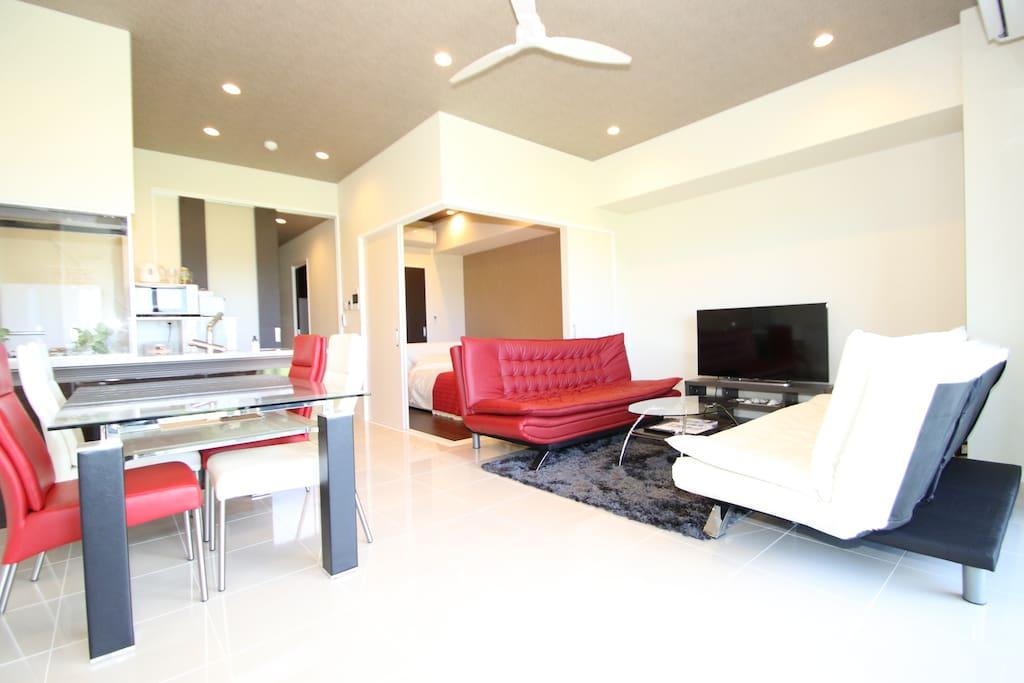 【リビングルーム】 お部屋は赤と白のインテリアを使用したとても落ち着く空間です。 【Living room】 The room is a very calm space with red and white interior. 【客厅】 房间很安静,内装为白色和红色的基调。