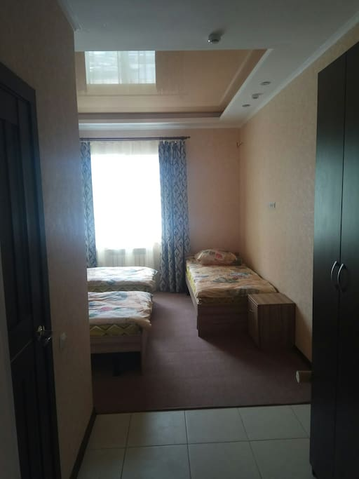 Room with 3 beds, shower, closet, drawers and toilet. Комната с 3 кроватями, душевой кабиной, шкафом, ящиками и туалетом.