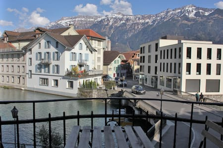 Double room with balcony on the river Aare - Unterseen - 家庭式旅館