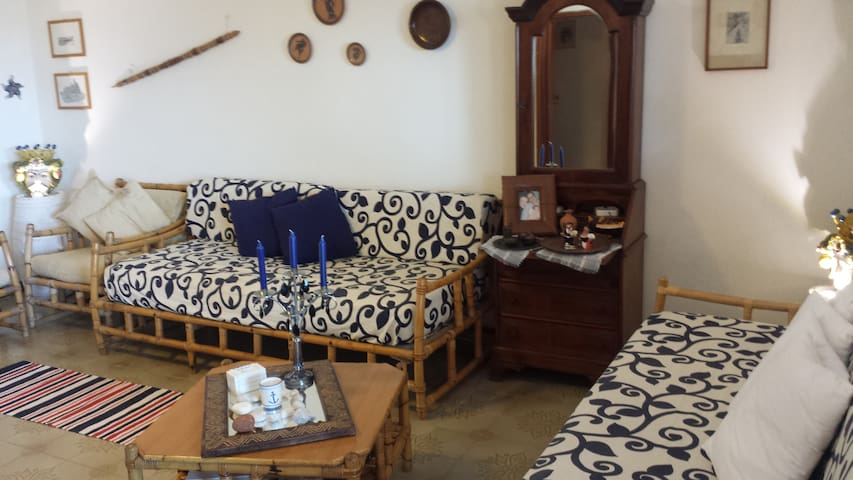 mobile bar e divani in giunco