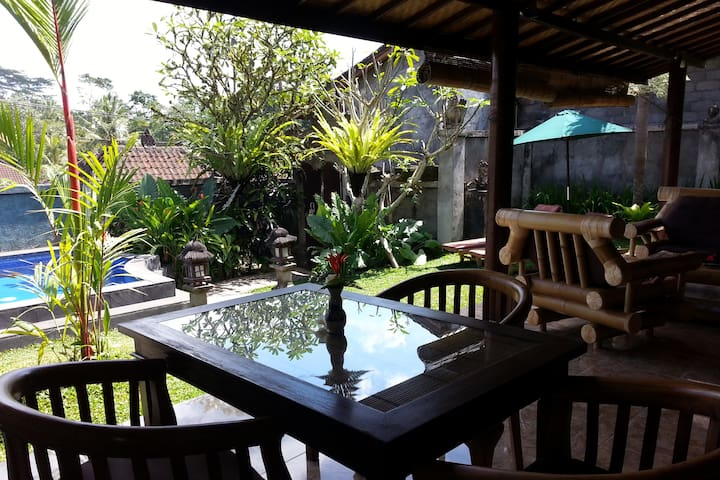 Villa avec jardin et piscine, village traditionnel