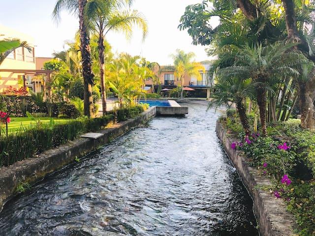 Recámara principal en condominio/paraíso con río
