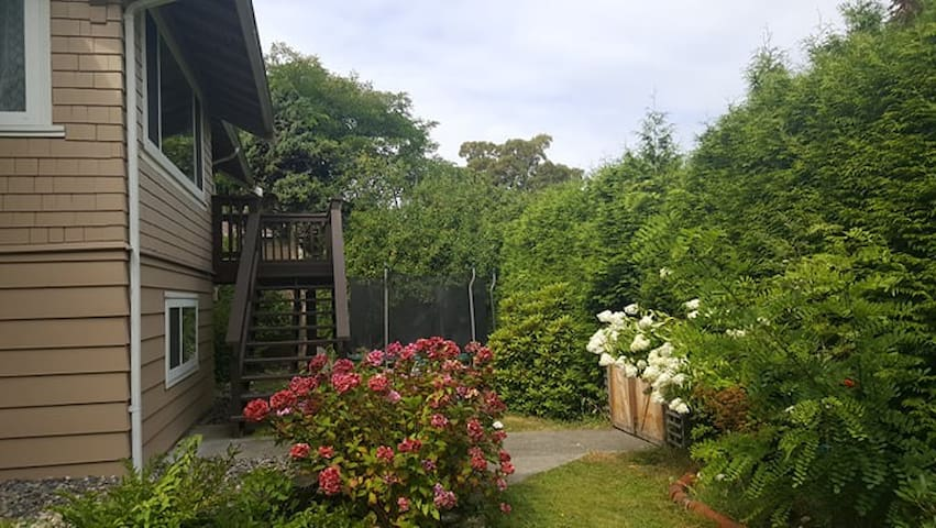 Large enclosed yard with trampoline  hammock,and swing.See an amazing view of mountains and watch the sunset from second floor balcony or living room windows.