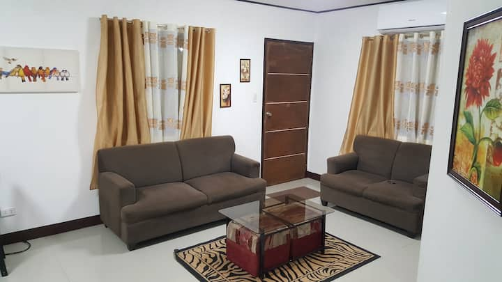 Budget Entire House 2hp Airconditioned Living Room