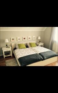 Stilvolles Doppelzimmer mit Bad - Westerstede
