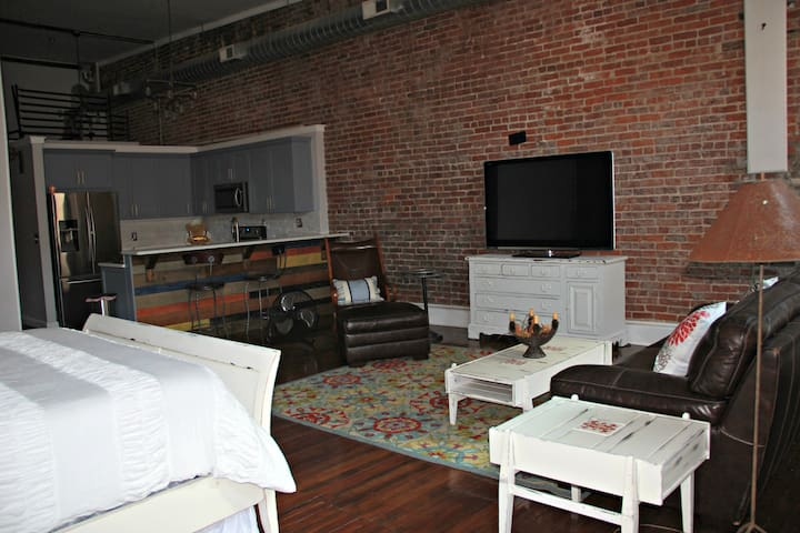 Urban loft in the heart of the theater district!
