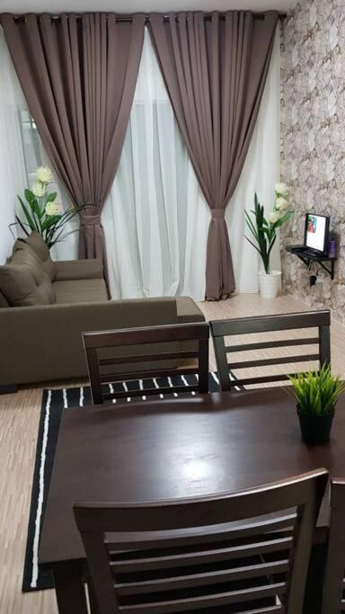 Ruang tamu yang selesa dan berkonsepkan simple moden.