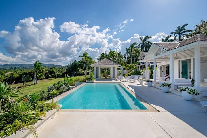 WATERFRONT! LUXURY CHIC! INFINITY POOL! STAFF! Ultimate Luxury- Seaside Villa