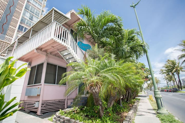 Beachy Waikiki Studio- Unit G - *30 DAY MINIMUM*