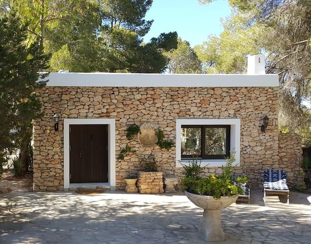 Stunning studio set in tranquil gardens