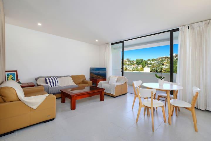 Bright & Breezy - 317 Pinetree Apartments