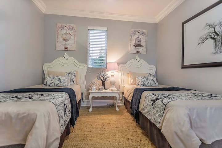 Downstairs guest bedroom with 2 single  beds