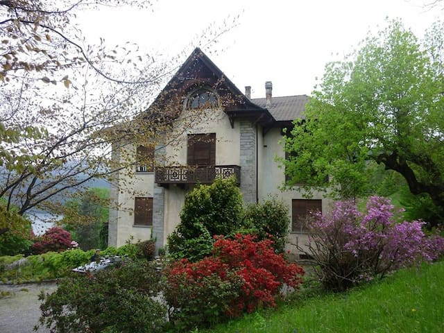 20thcentury house with huge garden - Miasino - Villa