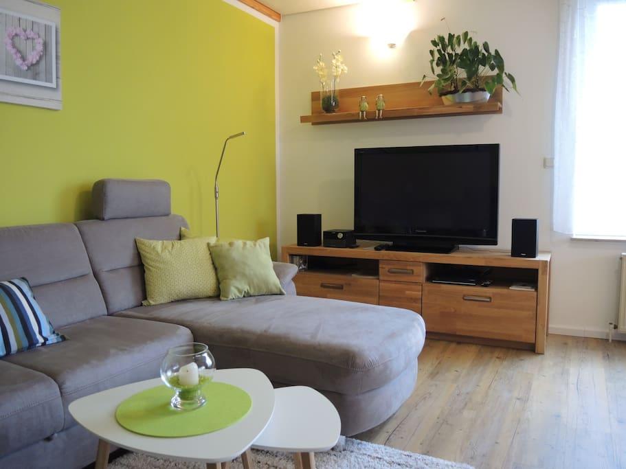 Wohnzimmer mit TV und Stereoanlage