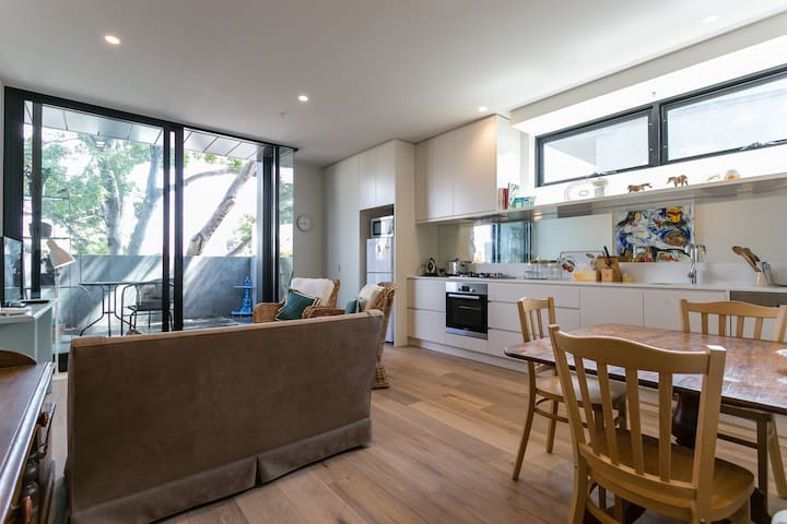 Large, Modern Prahran 1 Bed Apartment, Balcony