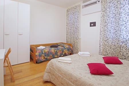 Ampia Camera Matrimoniale (uso Doppia/Tripla)