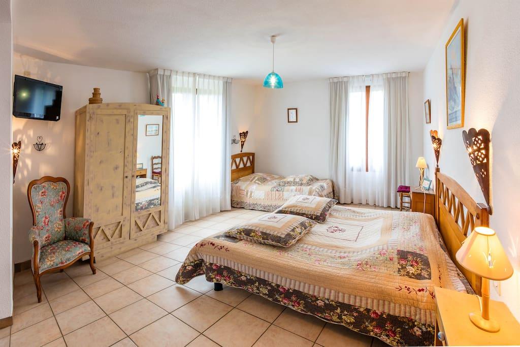 Chambre d 39 h tes la combe fleurie 5 la ronde guest houses louer saint bonnet en champsaur - Chambre d hote saint vaast la hougue ...