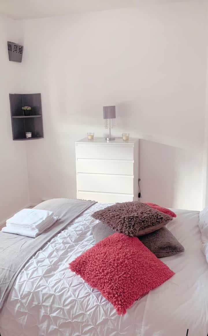 Bright Double Room - Near Westfield Shopping Mall