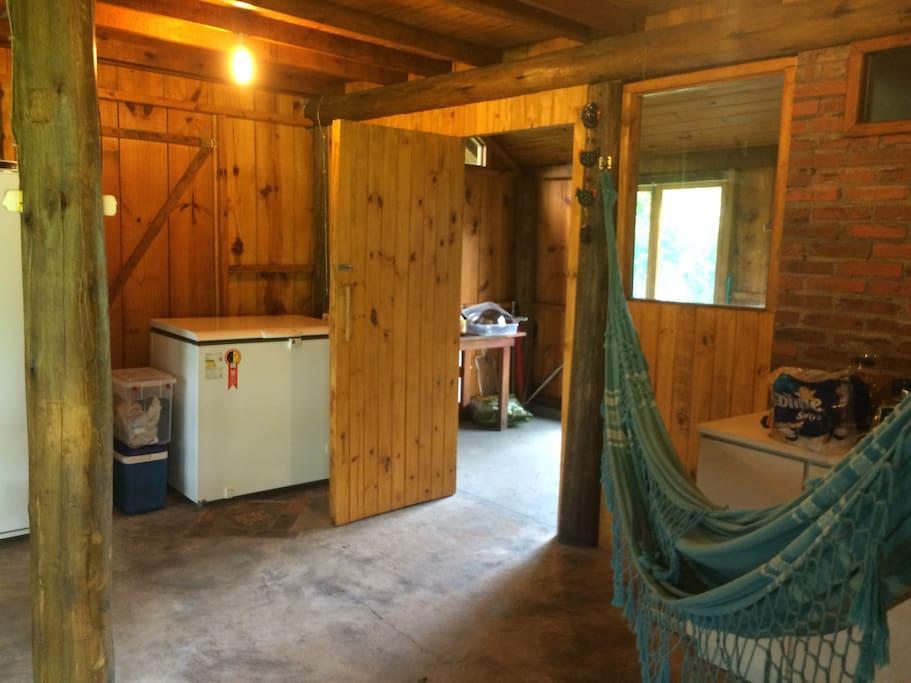 Sala da Cabana com rede para descanso
