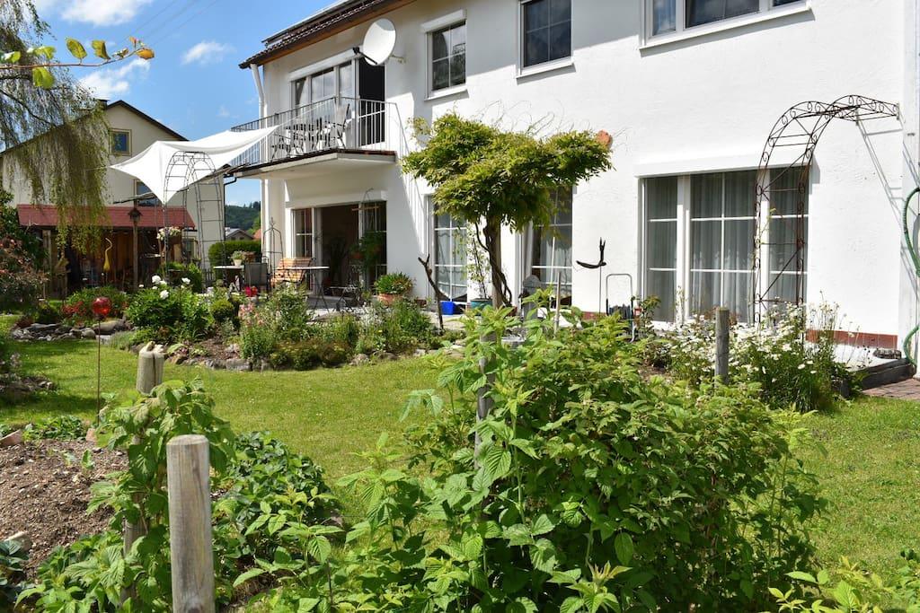 Die Wohnung vom Garten aus mit großer Terrasse zum Relaxen oder Grillen