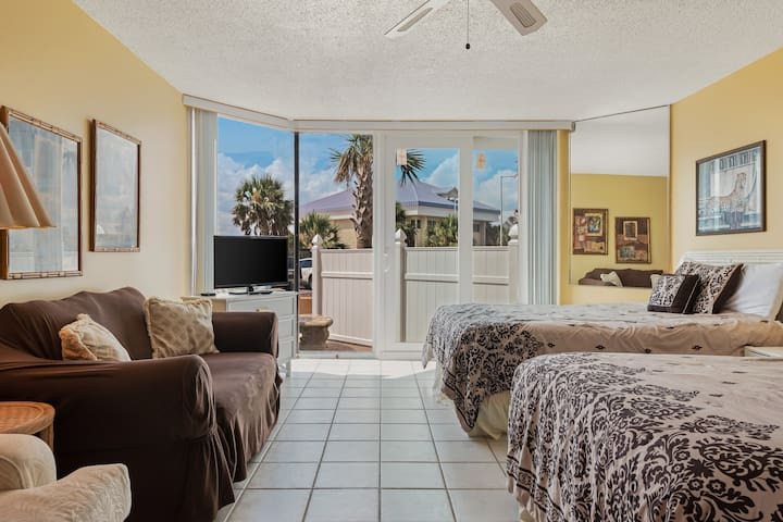 Top of the Gulf condo w/ shared pools, a gym & direct beach access on the Gulf!
