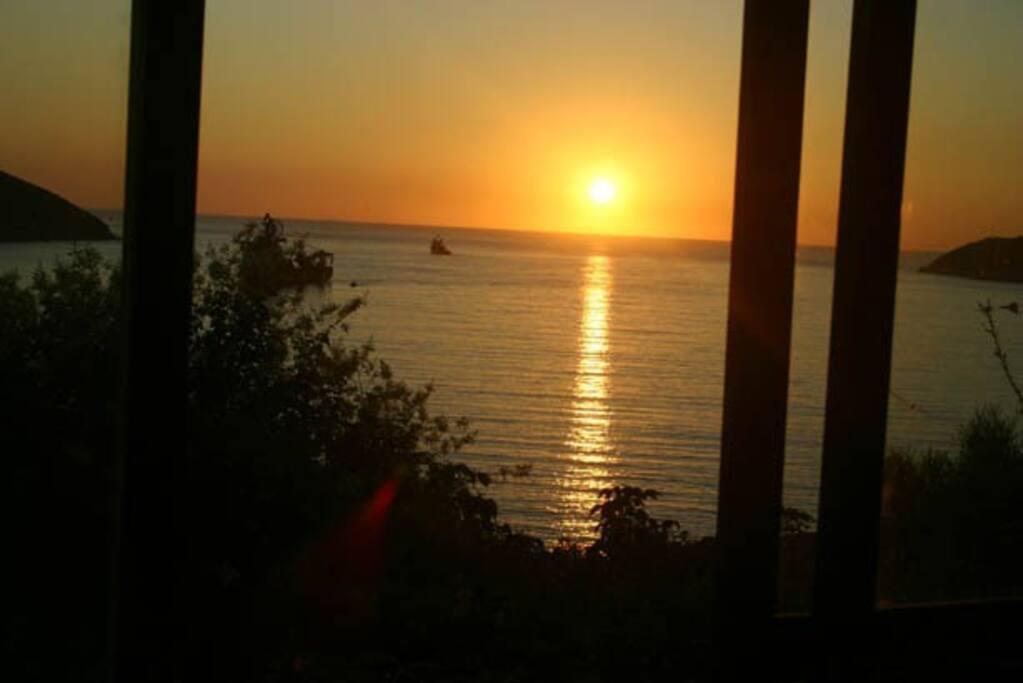 Da sala e quartos o sol nasce dentro do mar pelas vidraças