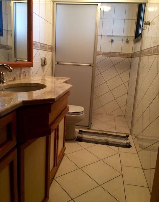 Banheiro compartilhado com quarto ao lado