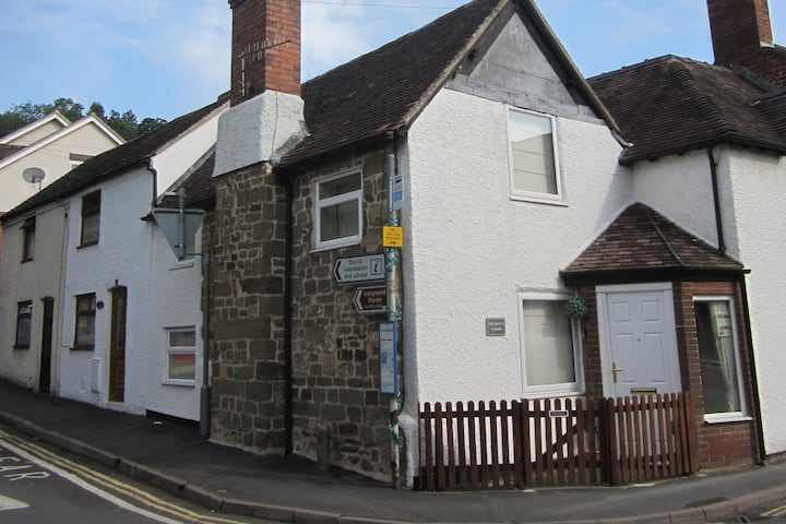 Thursdays Corner, Tudor cottage