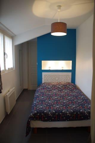 La chambre, le lit en 120 ; deux spots et une prise dans une niche pour lire tout en changeant le smartphone ou le lecteur MP3
