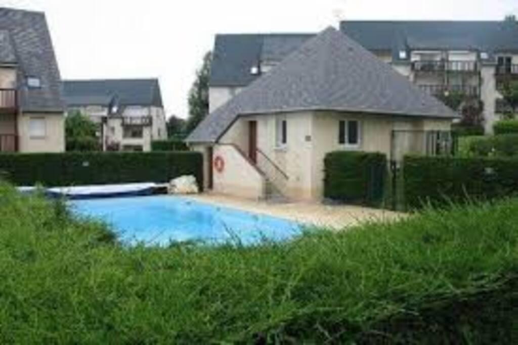 Piscine chaufféedans la résidence , à 40m de la maison , gratuite avec vestiaires/douches (15 juin-15septembre ; (accès par badge ) ; horaires 10H-20H