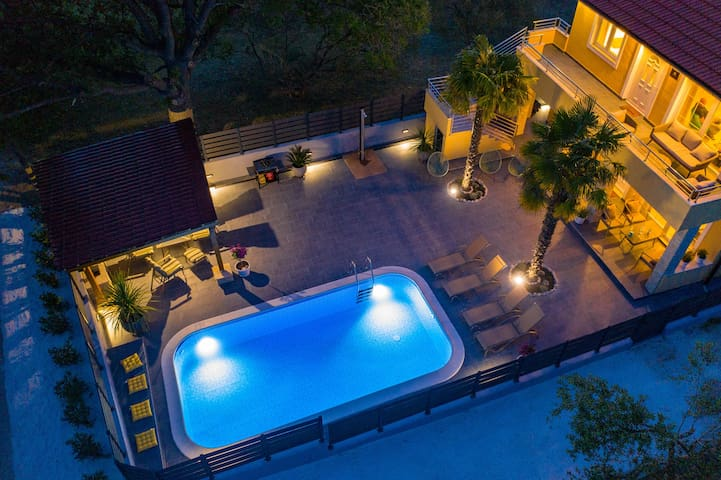 VILLA TWINS Sukošan with heated pool
